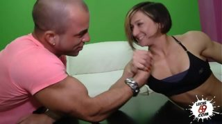 Lucha de pulsos con una madura musculosa sexo duro gratis